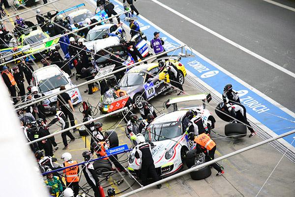 忙碌的维修区在比赛中断期间成为了全场的焦点