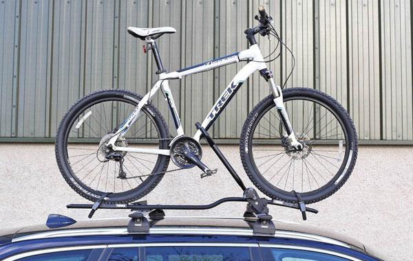 在一体化纵轨上固定顶架和自行车固定架之后的样子
