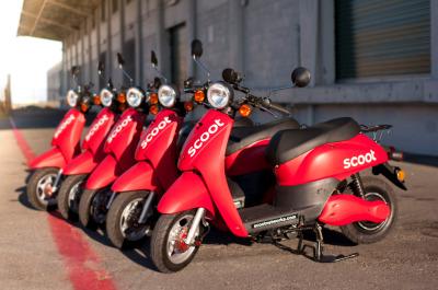Scoot醒目的红色电动摩托车
