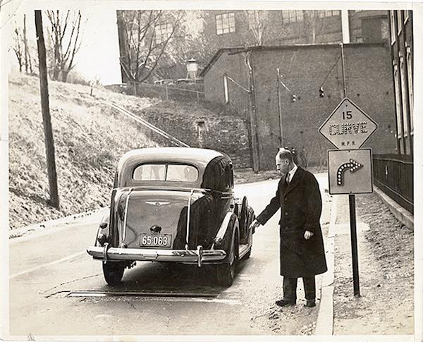 阿德勒的另一项目——当车辆经过声音探测器时会触发信号灯